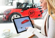 Kundin individualisiert am Tablet das Design einer Blende