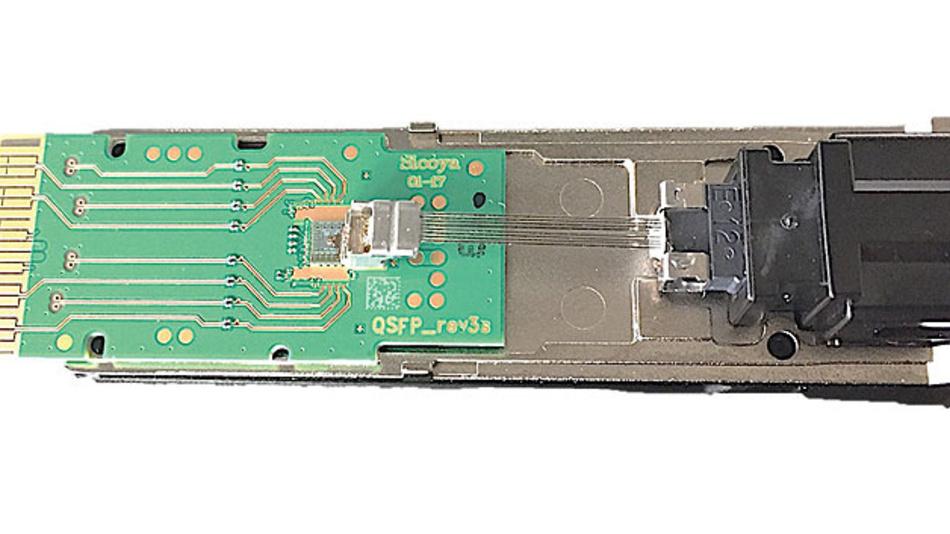 """Bild 2. Transceiver-Baustein """"QSFP28"""" für 4 × 25 GBaud."""