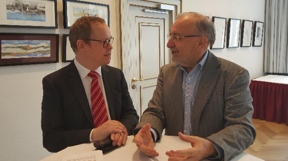Unser Reakteur Ralf Higgelke im Gespräch mit Prof. Leo Lorenz (rechts), Vorsitzender des Fachbeirats der PCIM.