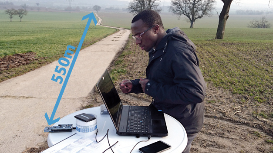 550 Meter Reicherweite erzielte die Verbindung mit 1Mbit/s, 8dBm und Verwendung der integrierten PCB-Antenne