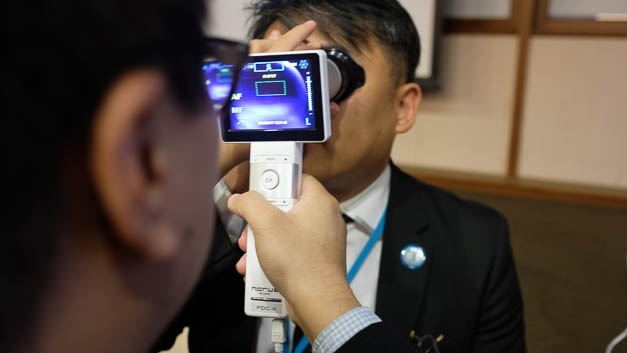 Bilderfassung mit dem Telemedizin-Gerät: Der Arzt stellt die Diagnose aus der Ferne.