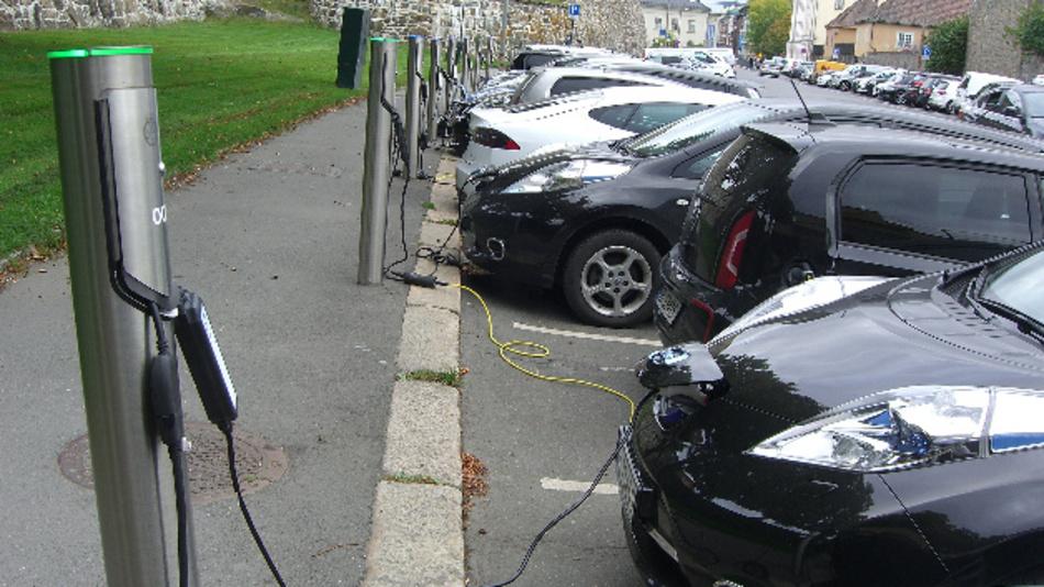 Ein Großparkplatz für Elektroautos im Zentrum von Oslo. Norwegen und China bleiben auch Anfang 2018 die Treiber der Elektromobilität.