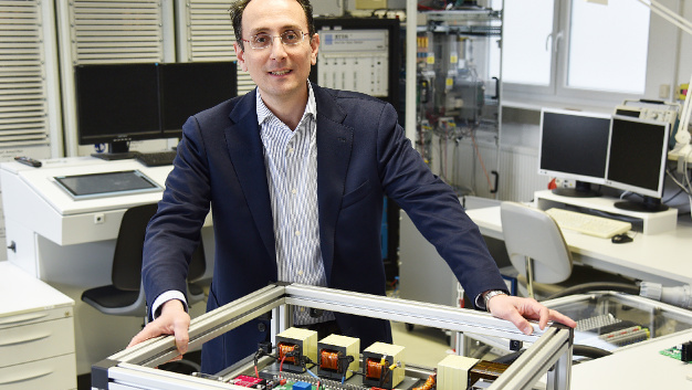Prof. Marco Liserre mit dem Prototyp des an der CAU Kiel entwickelten Smart Transformators.