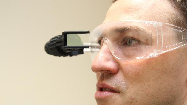 Erweiterte Realität auch mit Schutzbrille: Das Mikrodisplay wird per Clip am mechanischen Träger befestigt.