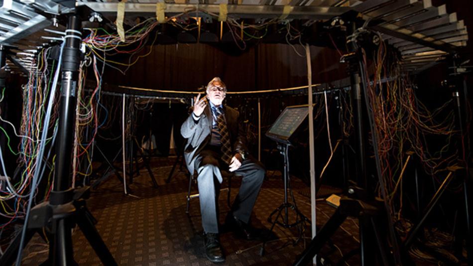 Hugo Fastl vom Lehrstuhl für Mensch-Maschine-Kommunikation an der Technischen Universität München bastelt im Soundlabor am Sound für E-Fahrzeuge.