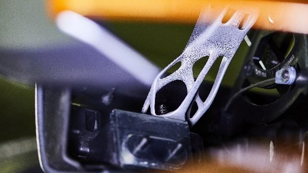 Der neue BMW i8 Roadster mit Metallteil aus 3D-Druck.