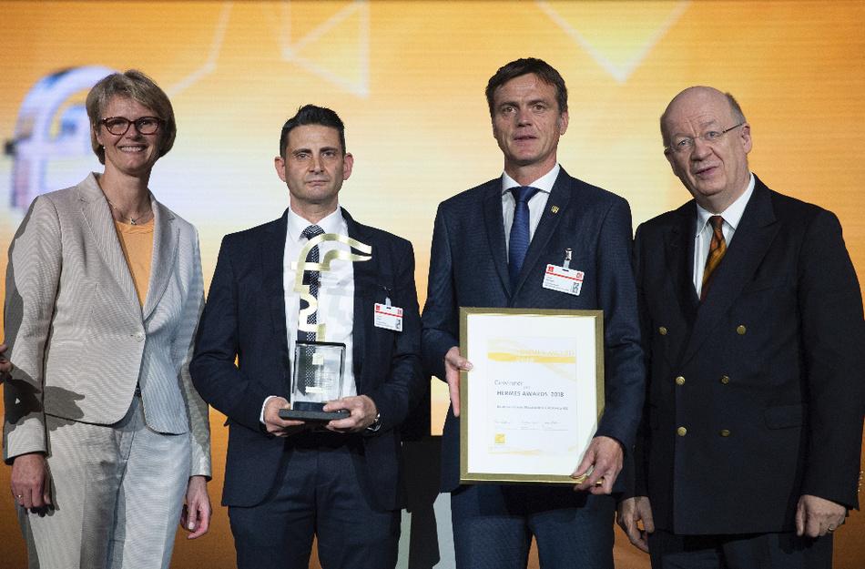 Hermes Award 2018: Bundesministerin für Bildung und Forschung, Anja Karliczek (links) überreichte den Preis an Giovanni Colucci und Harald Hartweck (mitte) von Endress+Hauser Messtechnik. Rechts der Jury-Vorsitzende Prof. Dr. Wolfgang Wahlster vom DFKI.