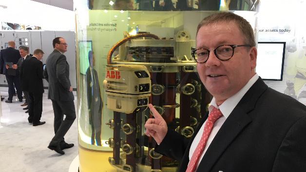 Rainer Schönrock von ABB zeigt den neuen Tauchroboter bei der Arbeit: Seine Kameras nehmen auf, was sich im Inneren tut und übertragen die Daten in Service-Zentren zur Analyse. Ein Techniker steuert den Roboter vor Ort über eine App auf seinem Tablett.