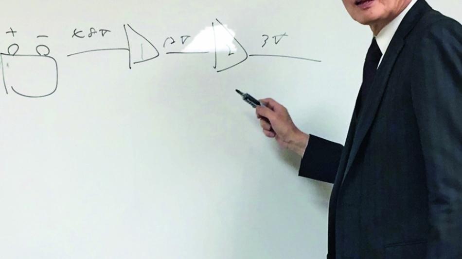 Bild 3: Satoshi Sawamura demonstriert die Reduktion der Spannung einer 48-V-Autobatterie auf 3,3 V für einen Mikrocontroller in bisheriger 2-Schritt-Umsetzung.
