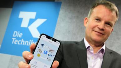Jens Baas, Vorsitzender des Vorstands der Techniker Krankenkasse, präsentiert eine App zum Start einer ersten »Elektronischen Gesundheitsakte«