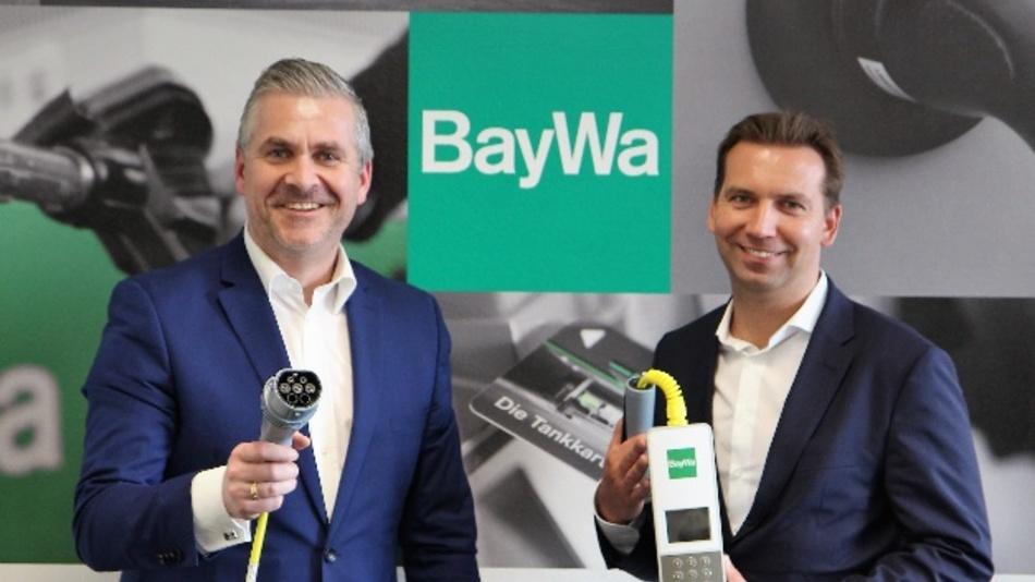 Peter Siegert (l.), Leiter Vertrieb ubitricity, und Christian Krüger, Leiter Geschäftseinheit Tankstellen bei der Baywa, mit dem SmartCable.
