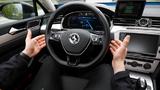 Überwacht und bedient werden die Prototypen bei den automatisierten Testfahrten immer von einem Entwicklungsexperten auf dem Fahrersitz.