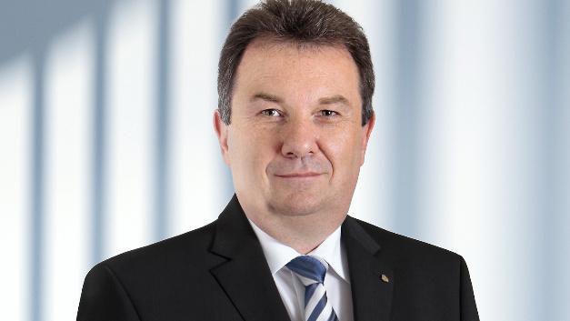 Joachim Zichlarz, Vorsitzender des Vor-stands, CEO und CFO von EPCOS sowie CFO der TDK Electronic Components Business Company