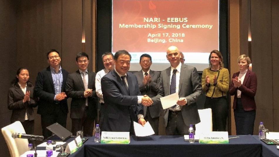 Tao Min, Vice President der NARI Group Corporation und Peter Kellendonk, 1. Vorsitzender der EEBUS Initiative bei der Signatory Ceremony zum offiziellen EEBUS-Beitritt des Tochterunternehmens der State Grid Corporation of China in Peking.