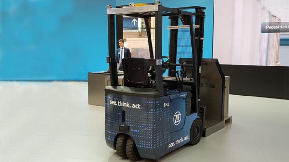 Auf der Hannover Messe stellte ZF einen hochautomatisierten Gabelstapler vor, der sehen, denken und handeln kann.