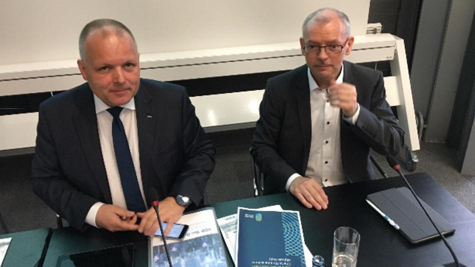 Ansgar Hinz, Geschäftsführer des VDE und Prof. Dr. Armin Schnettler, VDE Präsidiumsmitglied, sind überzeugt: Zukunftsträchtige Technologien in die Anwendungen zu bringen, das kann einer so schnell wie der deutsche Mittelstand und das das Umfeld in Forschung und Industrie ist hierzulande immer noch sehr gut.