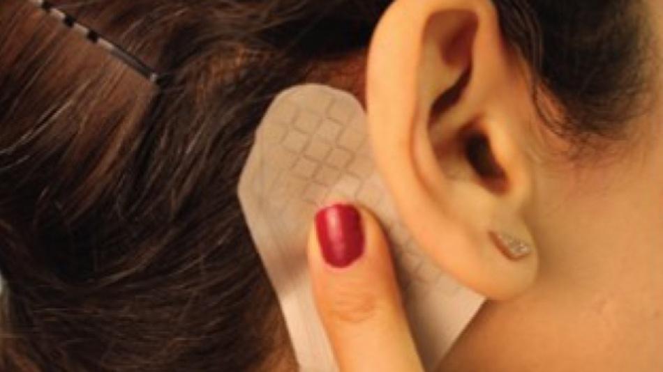 Da der Sensor in seiner Form einer Ohrmuschel ähnelt, klebt er bei der Versuchsperson direkt hinter dem rechten Ohr. Die Versuchsperson kann auf ihm nach oben oder nach unten streichen, um die Lautstärke zu regulieren. Das Streichen nach rechts und links wechselt das Musikstück, während das Berühren mit dem flachen Finger das Lied stoppt.