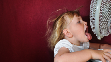 Kind vor einem Ventilator