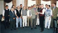 April 1998: Der erste EIB-User-Club Deutschland findet sich. Zum erfolgreichen Start überreicht »Geburtshelfer« Richard Staub (vorne links) dem noch kommissarischen Vorsitzenden Hans-Georg Hinzen (vorn rechts) ein Sparschwein samt 20-Franken-Geldsche