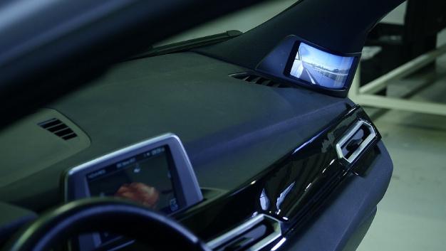 Flexibles organisches LCD in der A-Säule des Konzeptfahrzeugs Nova Car #1 des Zulieferes Novares.
