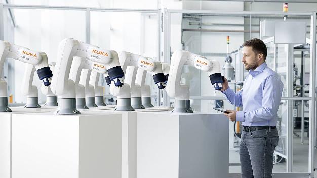 Einmal angelernt, kann der Leichtbauroboter »LBR iisy« von Kuka seine Arbeitsprozesse innerhalb kurzer Zeit auf beliebig viele Exemplare übertragen.