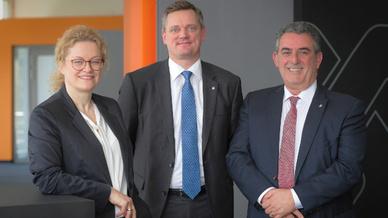 Der Vorstand der Weidmüller Gruppe um Elke Eckstein (Vorstand Operations und Chief Digital Officer), Jörg Timmermann (Vorstandssprecher und Finanzvorstand) und José Carlos Álvarez Tobar (Vertriebsvorstand) blickt zufrieden auf das Jahr 2017 zurück.