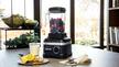 Standmixer High Performance Blender mit Obst gefüllt