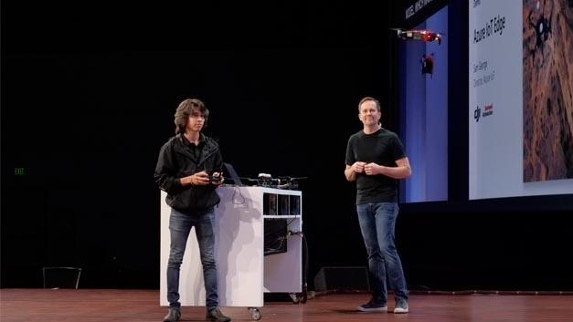 DJI-Drohne mit IoT Edge Runtime Kit für Bilderkennung live während des Fluges aus.