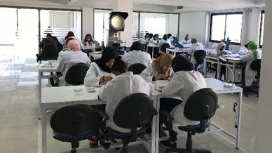 Bei der neuen Feinmetall Tunisie sind bereits rund 70 Mitarbeiter mit komplexen Montagearbeiten beschäftigt