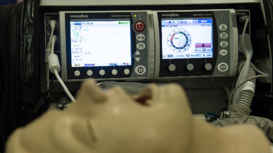 Ein Defibrillator und Beatmungsgerät