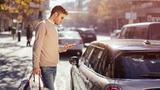 Car-Sharing Nutzer vor MINI