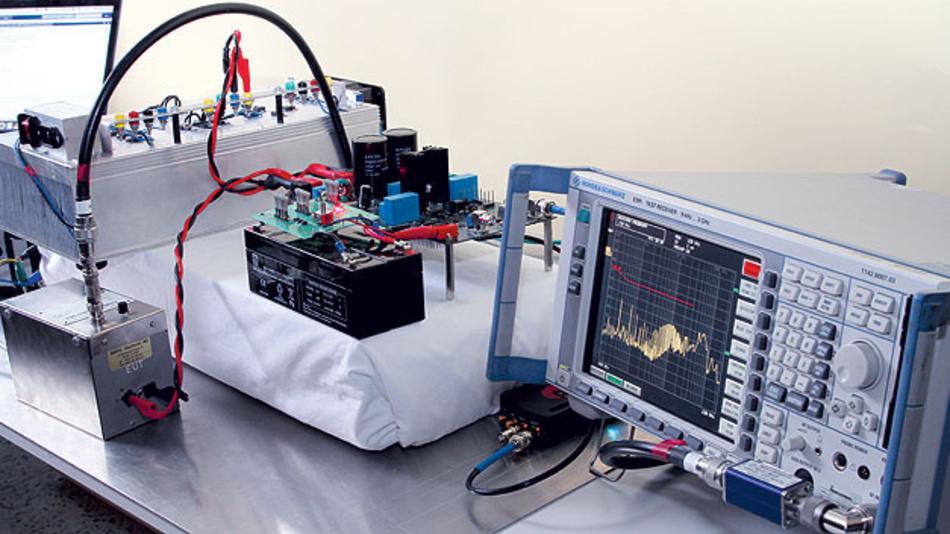 Bild 2. Versuchsaufbau zur leitungsgeführten Störabstrahlungsmessung im Labor des Instituts für Elektronik an der Technischen Universität Graz.