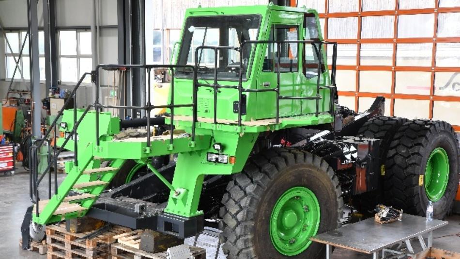 Im vergangenen Jahr wurde in Lommis, Schweiz, das weltweit grösste Elektro-Fahrzeug gebaut. Der Muldenkipper Komatsu 605HD mit Radox-Kabeln von Huber+Suhner transportiert bei einem Gesamtgewicht von 110 Tonnen bis zu 65 Tonnen Rohmaterial und produziert mehr Strom, als er selbst benötigt.