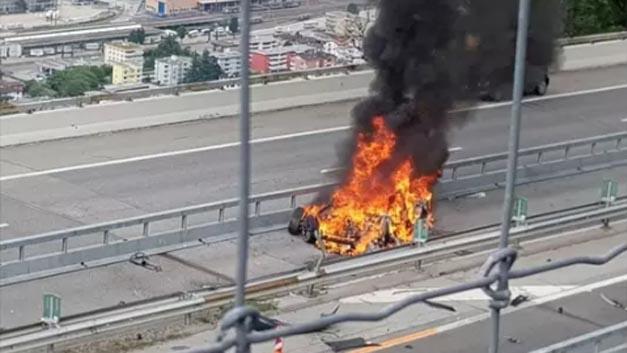 Bei einem Unfall mit seinem Tesla-Elektroauto ist ein 48-jähriger Deutscher in der Schweiz in seinem Auto verbrannt. Die Feuerwehr teilte zunächst via Facebook mit, dass sie die Batterie überprüfe, löschte aber diesen Eintrag später wieder.