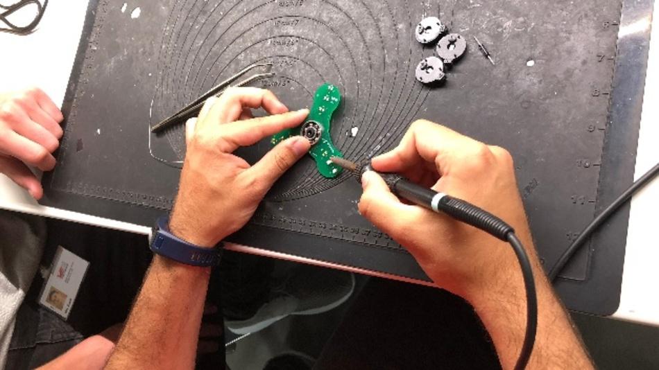 Am Stand von Würth Elektronik eiSos können Besucher einen Fidget Spinner zusammenlöten.