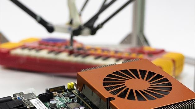 Virtualisierte SPS steuert Roboter, der Klavier spielt.