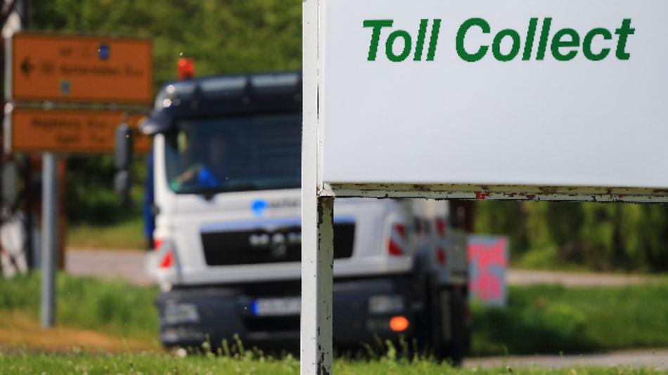 Schild mit der Aufschrift des Mautsystembetreibers »Toll Collect« an der Bundesstraße 180.