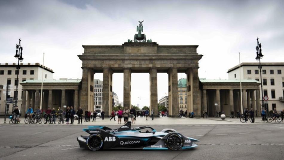 Bereits am Freitag war Nico Rosberg mit dem neuen GEN2-Rennwagen, der in der nächsten Saison zum Einsatz kommen soll, in den Straßen von Berlin unterwegs.