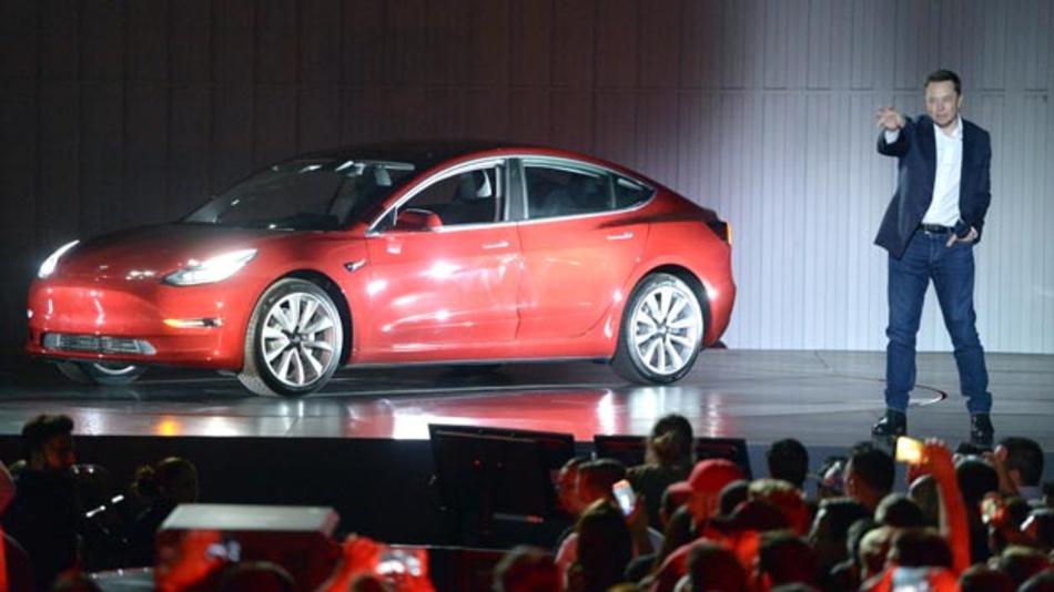Tesla-Chef Elon Musk auf dem Fabrikgelände in Fremont bei der Vorstellung des Model 3 vor als günstigstes Modell des Elektroautobauers. Doch das ist noch ein Phantom.