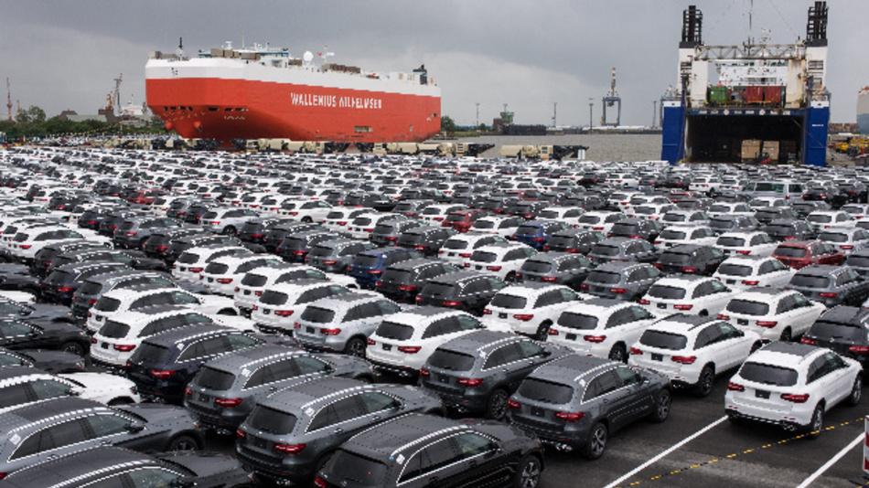 Neuwagen von Mercedes-Benz stehen auf dem Autoterminal der BLG Logistics Group.