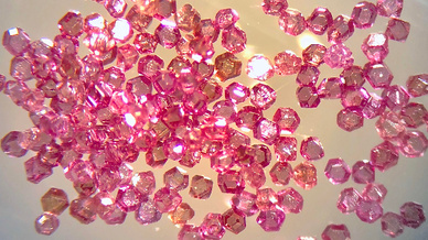 Mikroskopische Aufnahmen von Diamantpartikeln mit Stickstofflücken