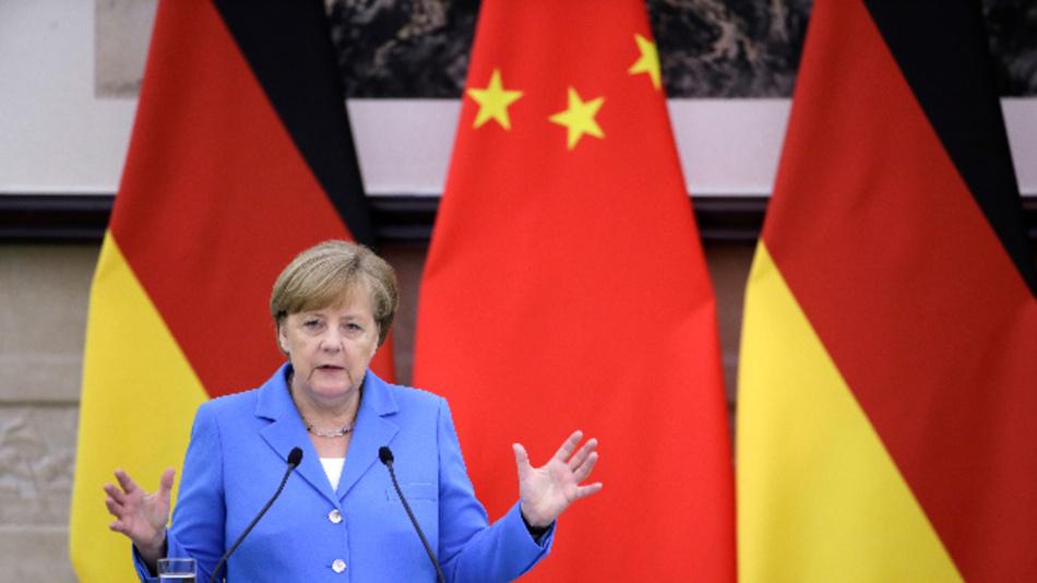Bundeskanzlerin Angela Merkel (CDU) spricht auf einer gemeinsamen Pressekonferenz mit Keqiang, Ministerpräsident von China.