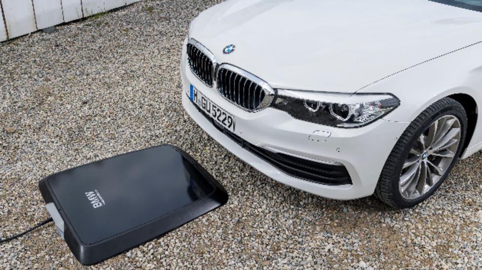 Um den Ladevorgang von BMW Wireless Charging zu starten, muss das Fahrzeug lediglich oberhalb des GroundPads abgestellt werden.