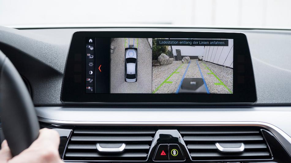 Der Fahrer wird über das Control Display zur richtigen Parkposition navigiert.