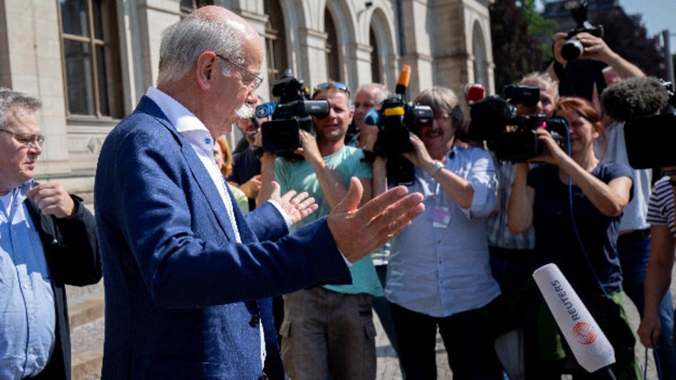 Dieter Zetsche nach dem Treffen mit Bundesverkehrsminister Scheuer (CSU) zu möglichen Abgasmanipulationen bei Mercedes.