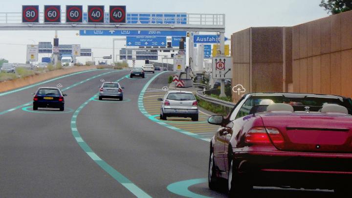 Autos auf Autobahn mit erweiterten Fahrbahnmarkierungen durch das Kartenmaterial