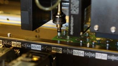 Zusammen mit anderen SMD-Bauteilen werden die SMD-Spacer im vollautomatischen Bestückungsprozess auf der Platine platziert.