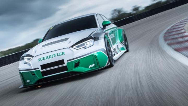 Das Konzeptfahrzeug Schaeffler 4ePerformance zeigt, wie schnell sich moderne Motorsport-Technologie tatsächlich auf die Straße bringen lässt. Das rein elektrisch angetriebene Fahrzeug verfügt über vier Formel-E-Motoren mit einer Gesamtleistung von 88