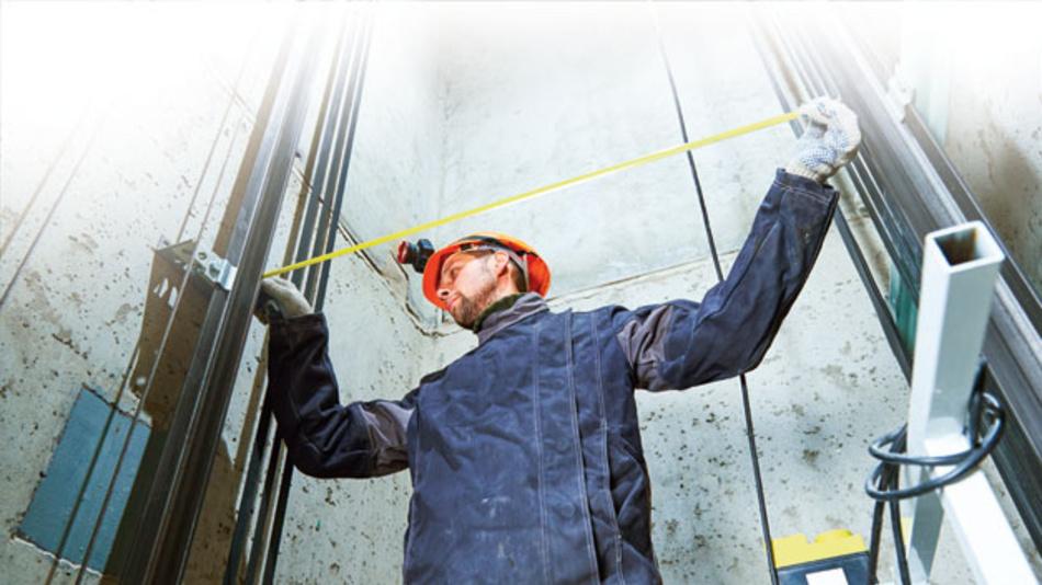Technische Überprüfung mit Sensoren ermöglicht vorausschauende Instandhaltung der Aufzüge.