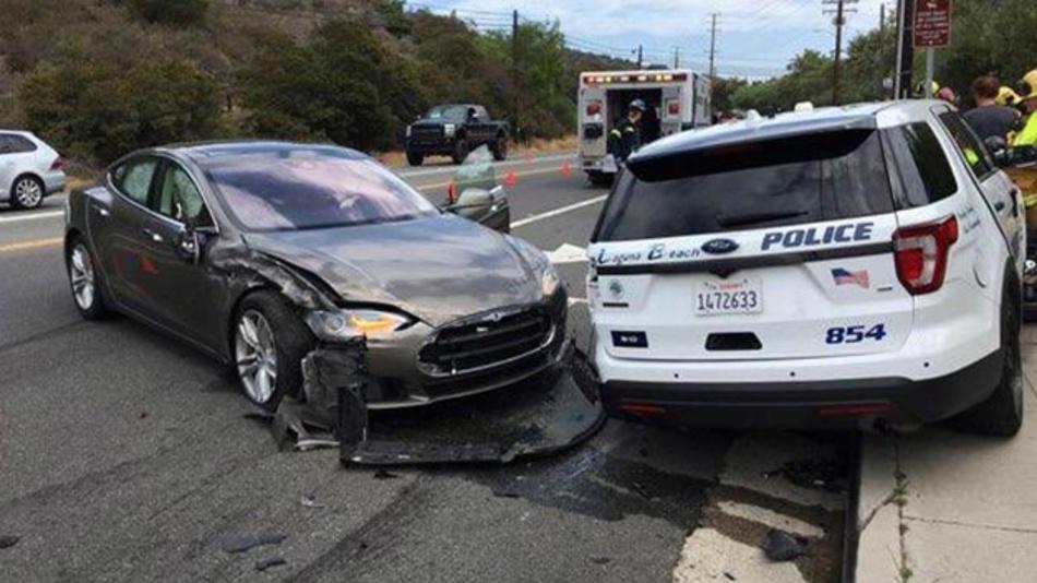 Dieses von der Polizei in Laguna Beach am 30.05.2018 zur Verfügung gestellte Foto zeigt den Tesla Model S, der in einen geparkten Polizeiwagen gefahren ist.
